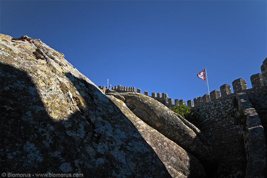 Castello dei Mori (Castelo dos Mouros, Sintra, Portogallo). Dettaglio delle mura dall'interno.