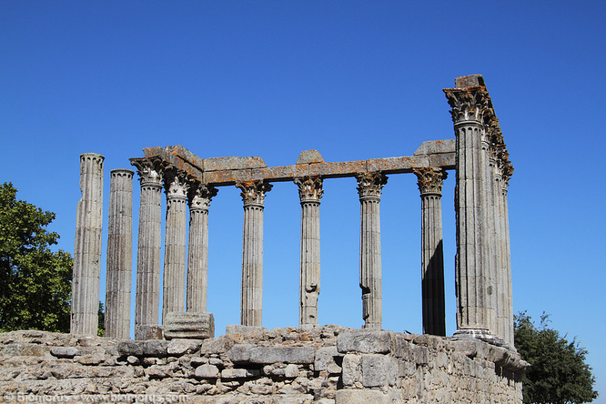 Il tempio di Evora è un tempio romano periptero esastilo (con sei colonne sulla fronte), costruito in epoca augustea. Le sue caratteristiche costruttive, all'interno di un recinto con portici costruiti al di sopra di un criptoportico, con due grandi vasche ai fianchi dell'edificio sacro lo rendono simile al tempio di Diana.