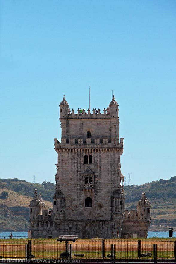 """La Torre di Belem (in Portoghese: Torre de Belem) o """"Torre di San Vincenzo"""" è una torre fortificata e situata nella freguesia di Santa Maria de Belém, nel comune di Lisbona, in Portogallo. Si tratta di un patrimonio mondiale dell'UNESCO (insieme al vicino Monastero dos Jerónimos) a causa del ruolo importante che ha giocato nelle scoperte marittime portoghesi dell'epoca nell'era delle grandi scoperte (fonte: Wikipedia)."""