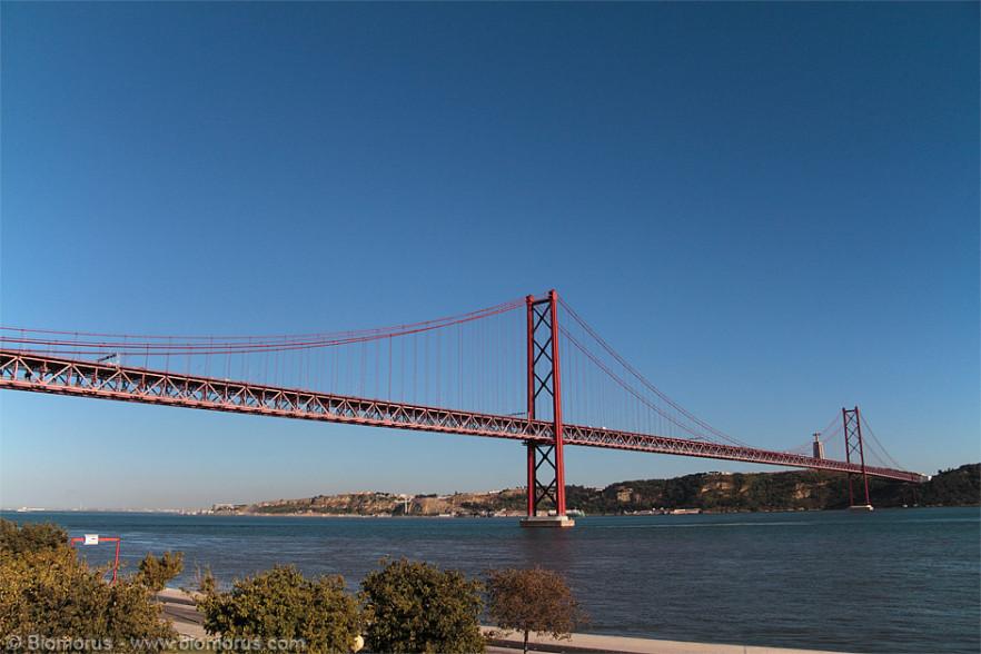 Ponte 25 Aprile sospeso sull'estuario del fiume Tago nell'area metropolitana di Lisbona. Il ponte venne costruito dall'American Bridge Company, la stessa compagnia che si occupò della costruzione del famoso Golden Gate Bridge di San Francisco (fonte: Wikipedia).
