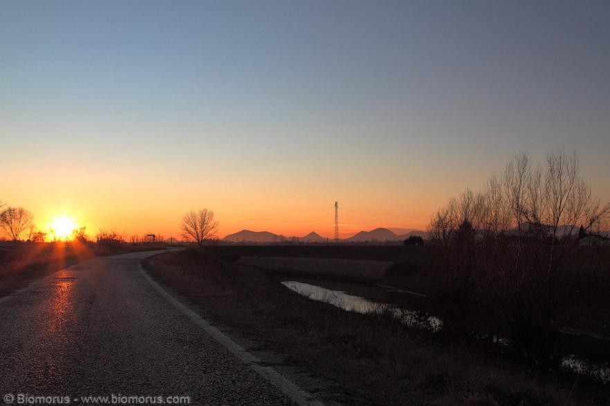 Tramonto dall'argine del Bacchiglione. Sullo sfondo la silhouette dei Colli Euganei (Canon EOS 7D, Canon EF 24-105mm f/4 L IS USM, 1/160 s, f/8, ISO100, mano libera).
