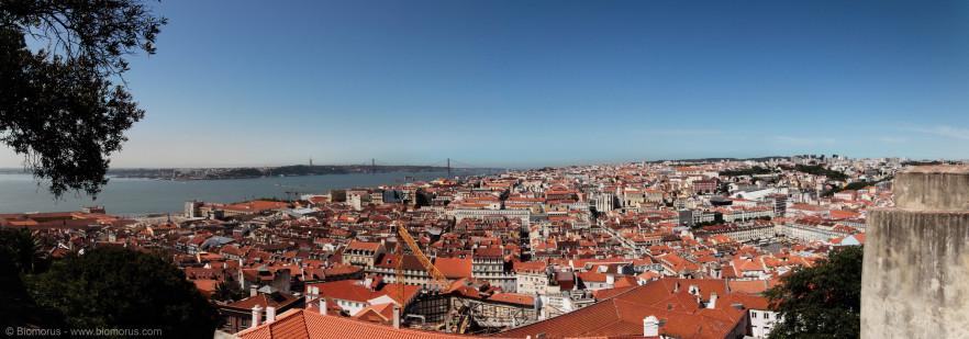 Panorama di Lisbona ovest dal Castello di San Giorgio. E' visibile in lontananza il ponte 25 Aprile (fare clic sulla foto per ingrandire).