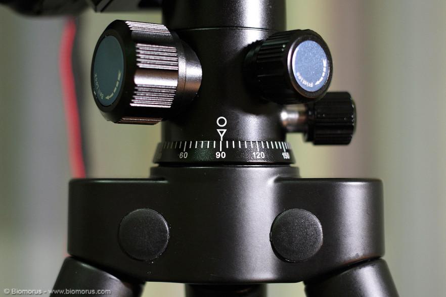 Il movimento panoramico della Sirui G10-X è graduato e si può bloccare tramite un pomello dedicato.