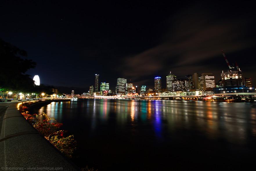 Brisbane in notturna da West End (Brisbane, QLD, Australia) - (Dati di scatto: Canon EOS 7D, Sigma 8-16 f/4.5/5.6 DC HSM, 32.0 sec, f/11, ISO 100, treppiede).