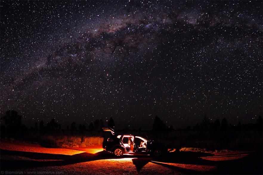 """Foto 39 - Il """"nostro"""" Nissan X-Trail sotto il cielo stellato di Uluru (NT, Australia) - (Dati di scatto: Canon EOS 7D, Sigma 8-16 f/4.5/5.6 DC HSM, 60 sec, f/4.5, ISO 6400, treppiede)"""
